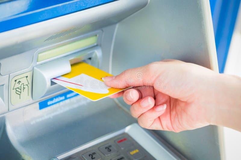 Sluit omhoog hand opnemend kaart in ATM royalty-vrije stock foto