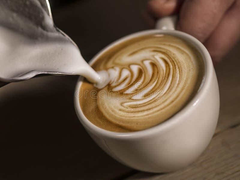 Sluit omhoog hand van barista makend de gietende melk m van de cappuccinokoffie royalty-vrije stock afbeeldingen
