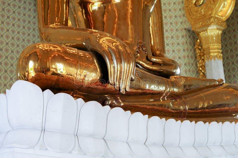 Sluit omhoog hand van het reuze echte gouden standbeeld van Boedha royalty-vrije stock fotografie