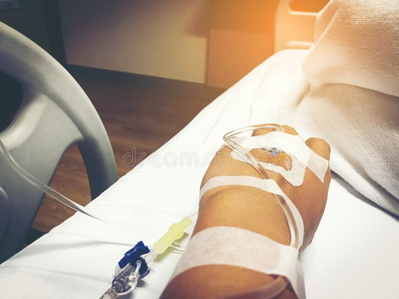 Sluit omhoog hand van jonge patiënt met intraveneuze catheter voor inj stock foto's