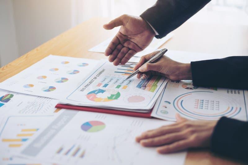 Sluit omhoog hand van marketing managerwerknemer het richten bij bedrijfsdocument tijdens bespreking bij vergaderzaal stock foto's