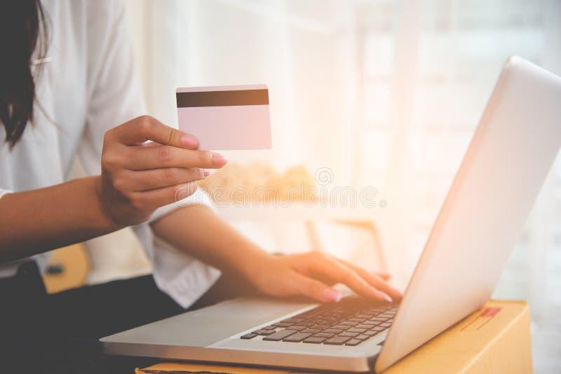 Sluit omhoog hand van vrouw gebruikend creditcard voor online het winkelen betaling met laptop computer Technologie en bedrijfsco royalty-vrije stock foto's