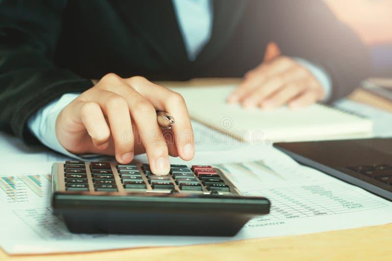sluit omhoog handaccountant gebruikend calculator met laptop concept s royalty-vrije stock afbeeldingen