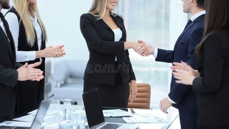 Sluit omhoog handdruk van jonge bedrijfsmensen royalty-vrije stock foto