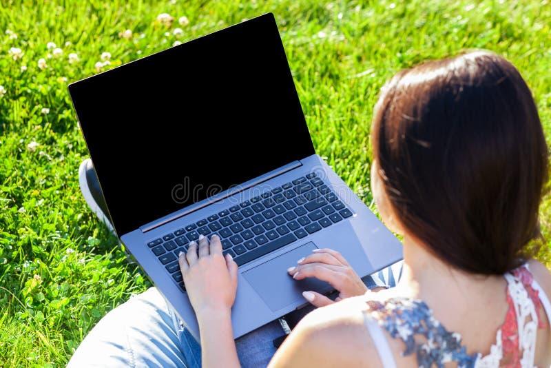 Sluit omhoog handen op toetsenbord Vrouw die aan laptop de computer van PC met het lege zwarte lege scherm aan exemplaarruimte we royalty-vrije stock foto's