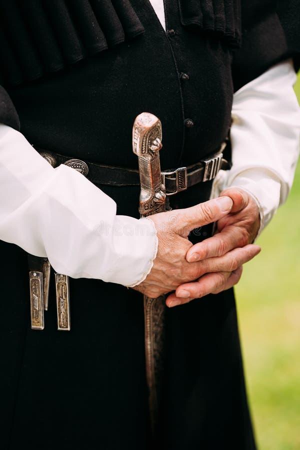 Sluit omhoog Handen van de Oudere Georgische Mens in Nationale Kleren cultuur stock afbeelding