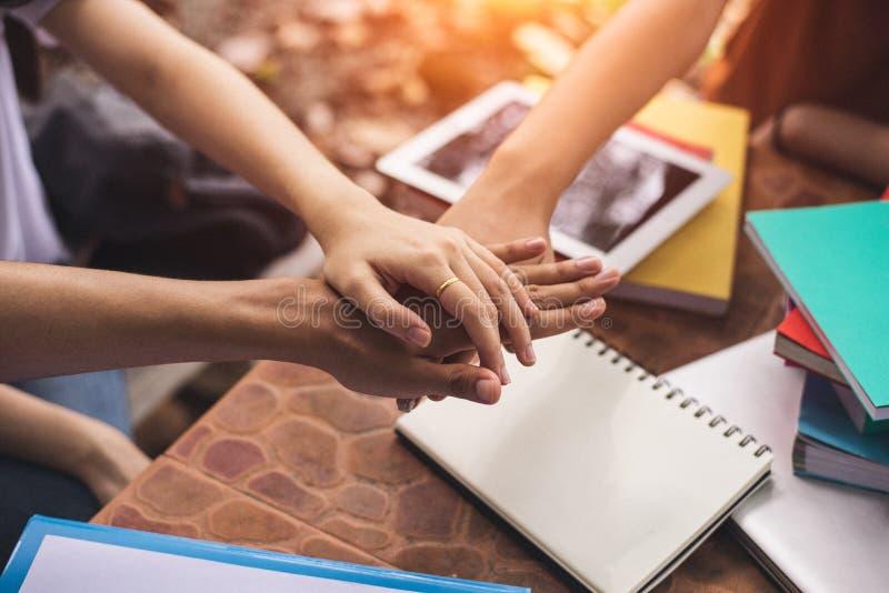 Sluit omhoog handen van mensen die en hun handen samenbrengen stapelen Vriendschap en eenheidsconcept Groepswerk en Succesvol con stock afbeelding