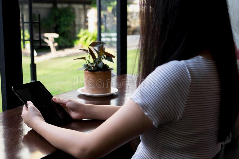 Sluit omhoog handenvrouw gebruikend tablet, technologieconcept royalty-vrije stock afbeelding