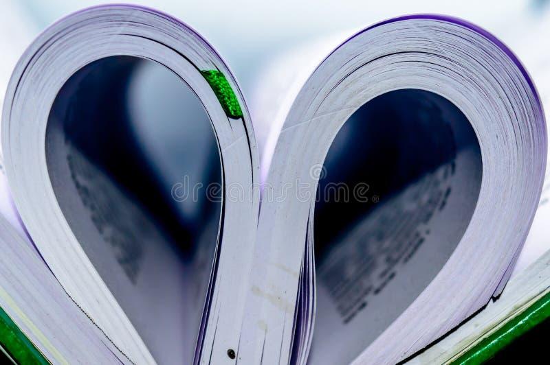 Sluit omhoog hartvorm van document boek royalty-vrije stock foto
