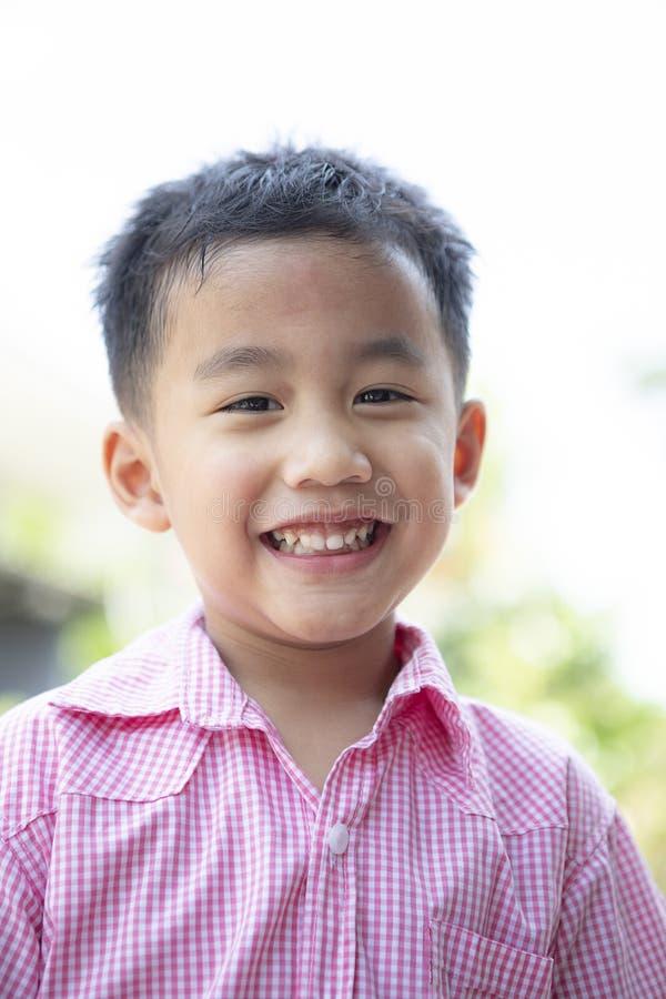 Sluit omhoog headshot van vrolijk Aziatisch kinderen toothy het glimlachen gezicht van gelukemotie stock fotografie