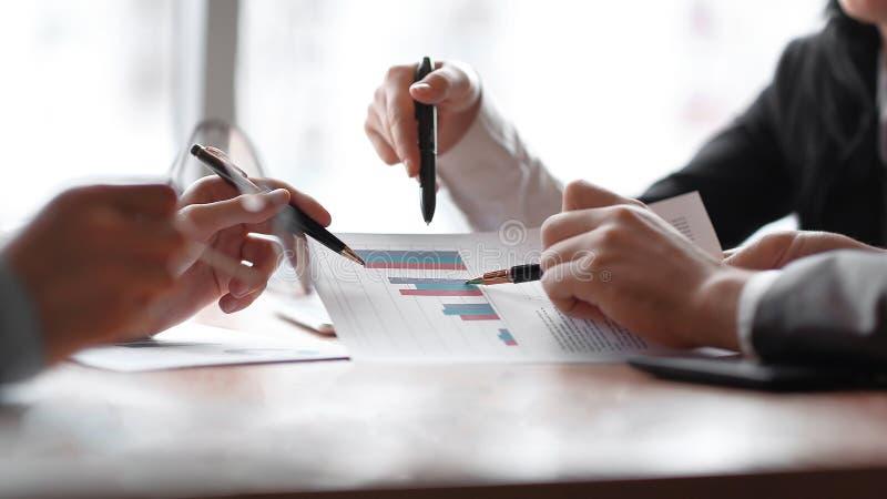 Sluit omhoog het commerciële team bespreekt de financiële winst van het bedrijf stock afbeelding