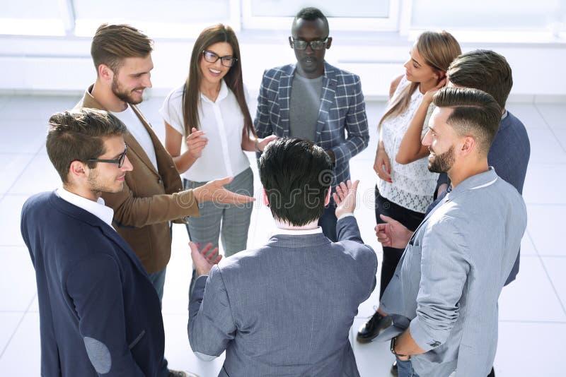 Sluit omhoog het commerciële team bespreekt nieuwe ideeën royalty-vrije stock afbeelding