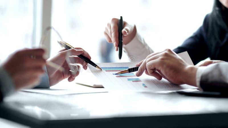 Sluit omhoog het commerci?le team analyseert de financi?le gegevens stock foto's