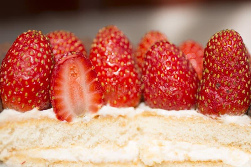 Sluit omhoog het dessert van de aardbeicake stock foto