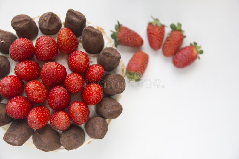 Sluit omhoog het dessert van de aardbeicake op een witte plaat Copyspace stock afbeeldingen