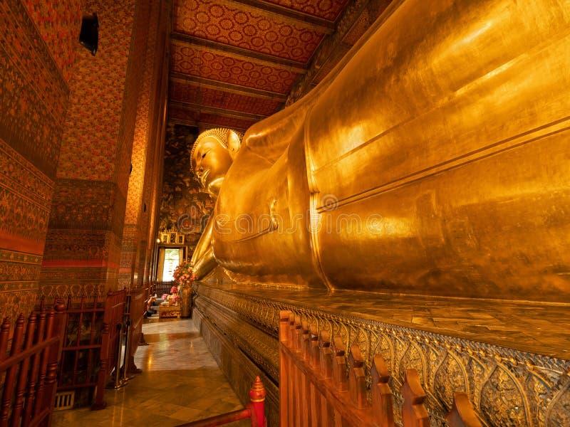 Sluit omhoog het Doen leunen Boedha Standbeeld bij Tempel in Thailand stock afbeeldingen