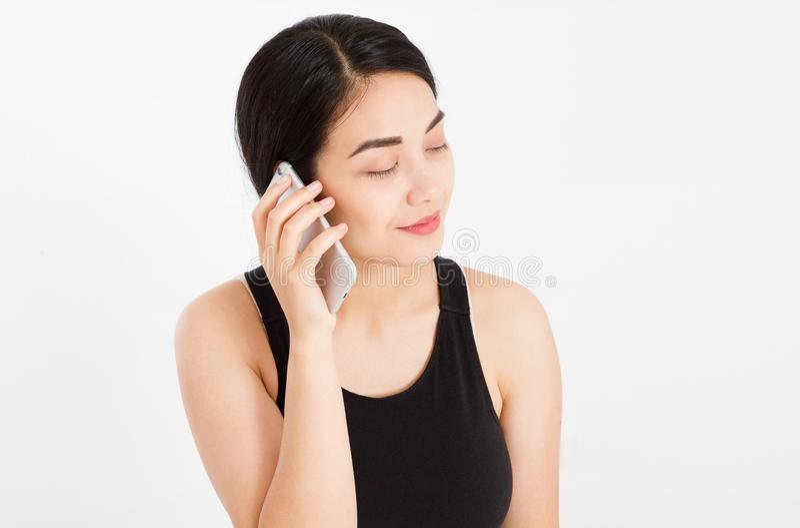 Sluit omhoog - het elegante mooie Aziatische meisje spreken met somebody op cellphone royalty-vrije stock afbeelding