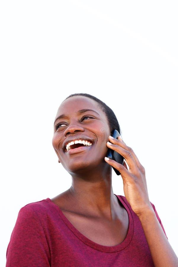 Sluit omhoog het glimlachen vrouw het spreken op mobiele die telefoon op witte achtergrond wordt geïsoleerd royalty-vrije stock fotografie