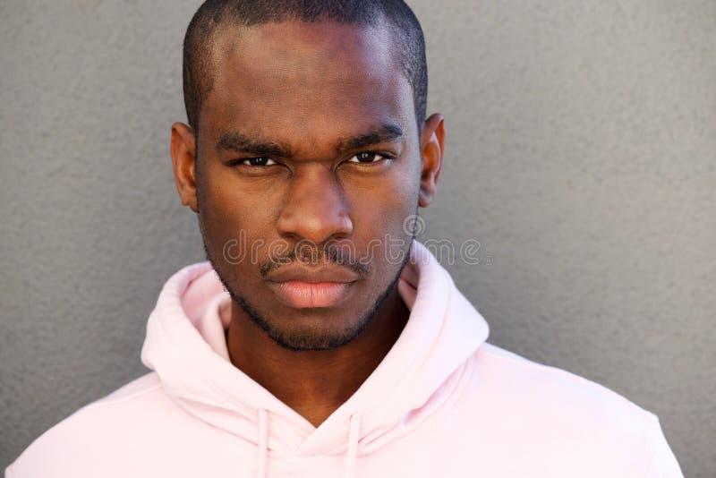 Sluit omhoog het knappe Afrikaanse Amerikaanse mens staren royalty-vrije stock fotografie