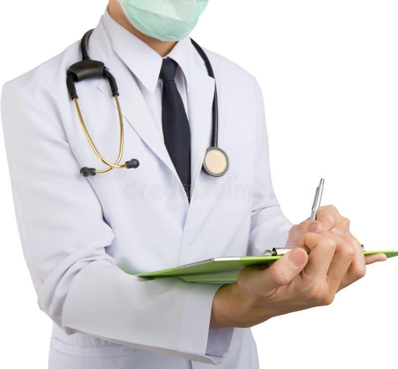 Sluit omhoog het mannelijke arts schrijven op klembord en hang stethoscoop stock foto