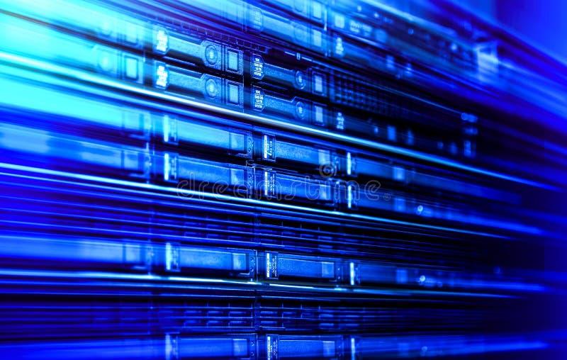 Sluit omhoog het materiaalrek van de bladserver in groot datacentrum met vage zijkader koude blauwe toon vector illustratie