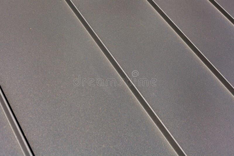 Sluit omhoog het metaal van het dakblad of golfdak van de fabrieksbouw of pakhuis royalty-vrije stock afbeelding