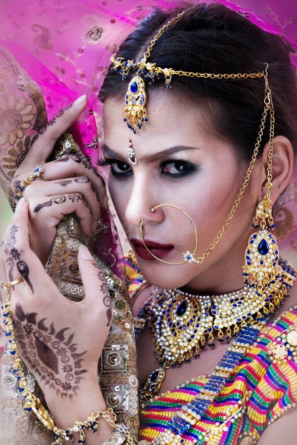 Sluit omhoog het Mooie Indische model van de meisjes Jonge Hindoese vrouw met kund stock foto's