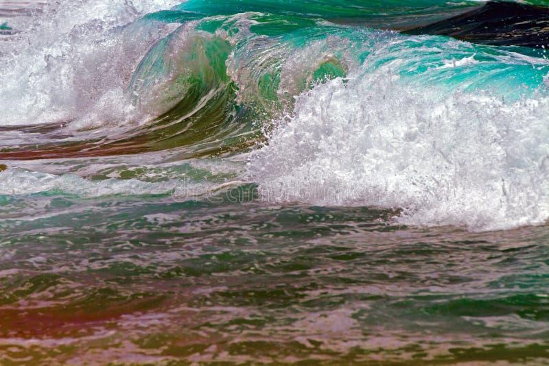 Sluit omhoog het Oceaangolf Breken stock afbeeldingen
