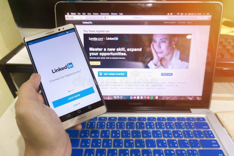 Sluit omhoog het scherm in het de holdingsscherm van de mensenhand van androïde DE wordt geschoten dat royalty-vrije stock foto