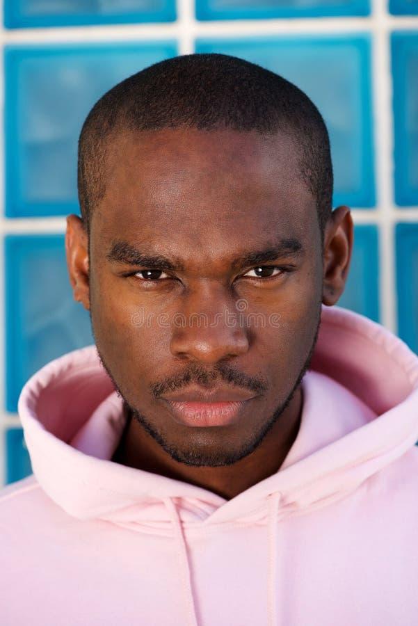 Sluit omhoog het taaie Afrikaanse Amerikaanse mannelijke mannequin staren stock afbeeldingen