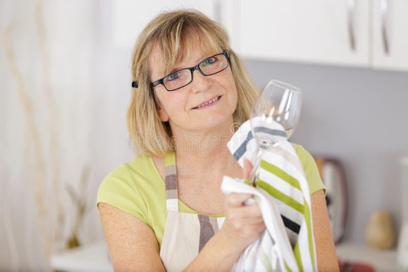 Sluit omhoog het vrouwelijke glas van de holdings lege schone transparante wijn stock afbeelding