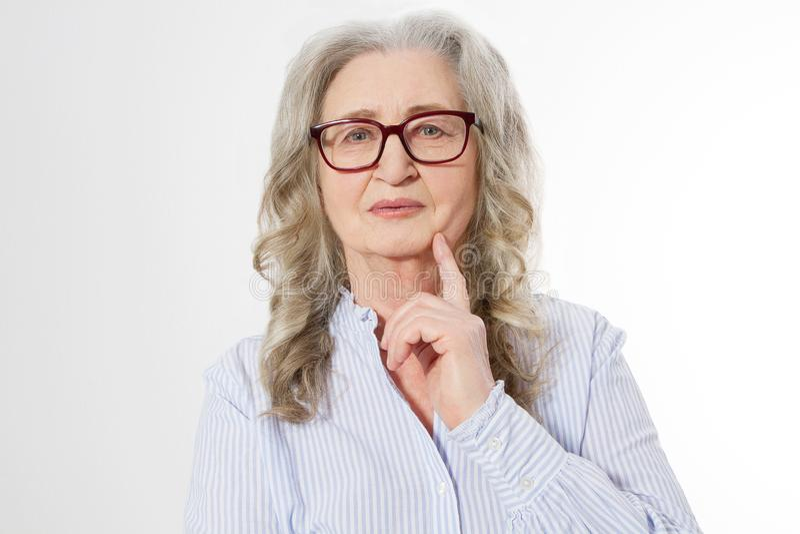 Sluit omhoog Hogere bedrijfsvrouw met modieuze glazen en rimpelgezicht dat op witte achtergrond wordt geïsoleerd Rijpe gezonde da stock afbeeldingen
