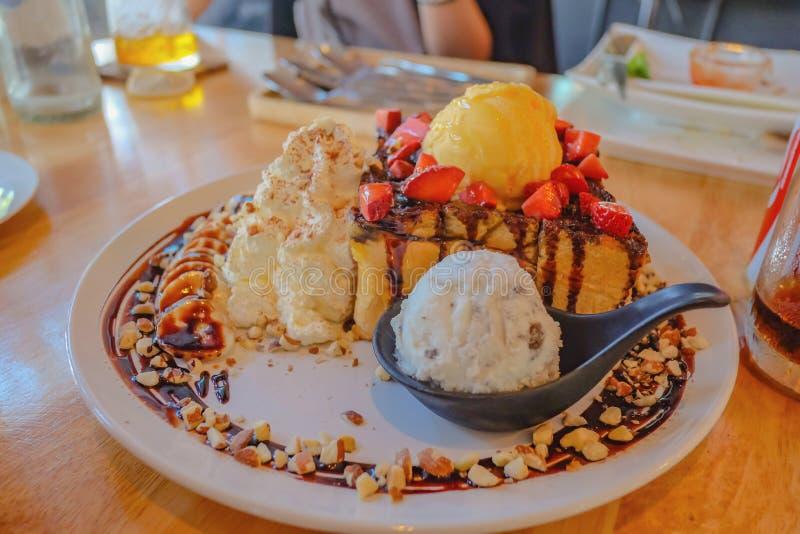 Sluit omhoog Honey Toast Top omhoog met de chocolade van het Vanilleroomijs en stawberry eet met Koekje en room crean ijs royalty-vrije stock afbeelding