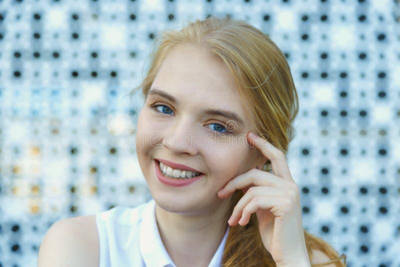 Sluit omhoog hoofd van glimlachende Europese blonde haired jonge vrouw wordt geschoten die royalty-vrije stock foto