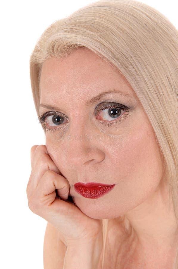 Sluit omhoog hoofdspruit van een mooie blonde vrouw die in camera kijken stock foto