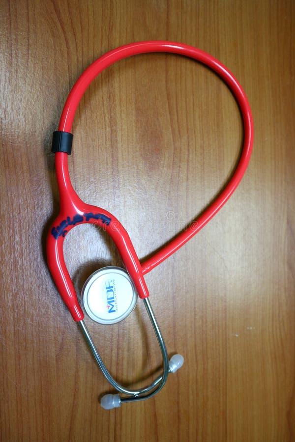 Sluit omhoog hoofdtelefoons zijn medische apparaten voor het onderzoek van de ziekte die de arts moet gebruiken royalty-vrije stock foto