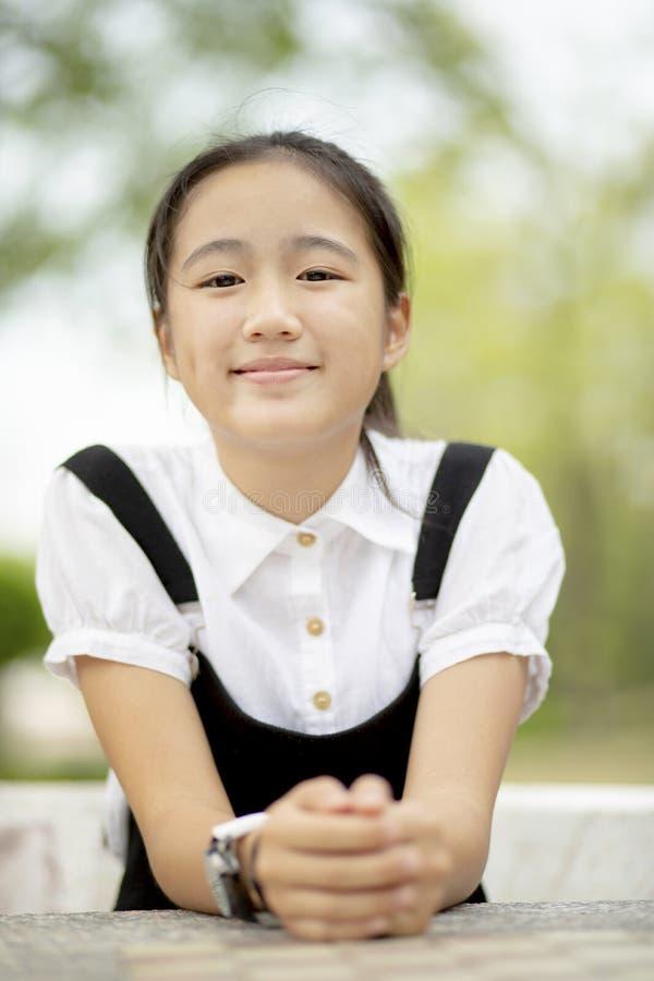 Sluit omhoog hoofdwinkel van Aziatisch tiener toothy het glimlachen gezicht openlucht royalty-vrije stock afbeeldingen