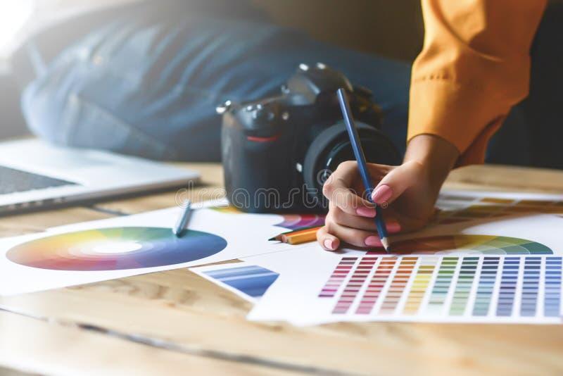 Sluit omhoog hoto van Binnenlands ontwerpersgroepswerk met huisbouwtekeningen op bureau, architecten die met veel-kleurenpalet we royalty-vrije stock fotografie