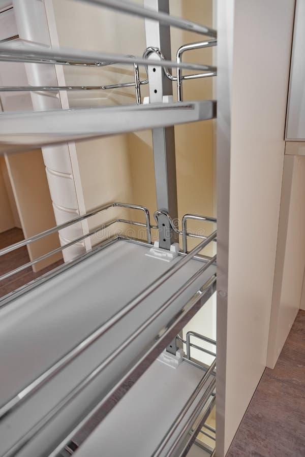 Sluit omhoog huisbinnenland Keuken - geopende deur met de plank van het chroommeubilair Hout en het Materiële, Moderne Ontwerp va stock foto