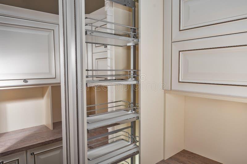Sluit omhoog huisbinnenland Keuken - geopende deur met de plank van het chroommeubilair Hout en het Materiële, Moderne Ontwerp va royalty-vrije stock foto