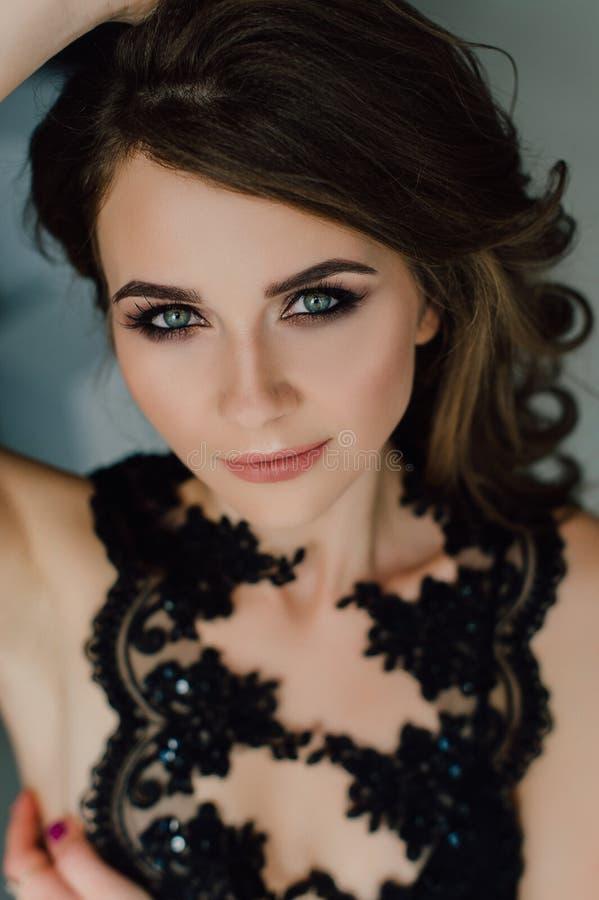 Sluit omhoog individualiteit Nadenkende Elegante Dame in Zwarte Prom-Avondjurk Studio retoucheerde foto royalty-vrije stock afbeelding