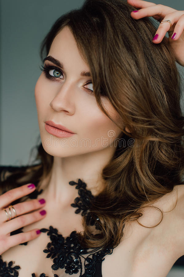 Sluit omhoog individualiteit Nadenkende Elegante Dame in Zwarte Prom-Avondjurk Studio retoucheerde foto stock fotografie