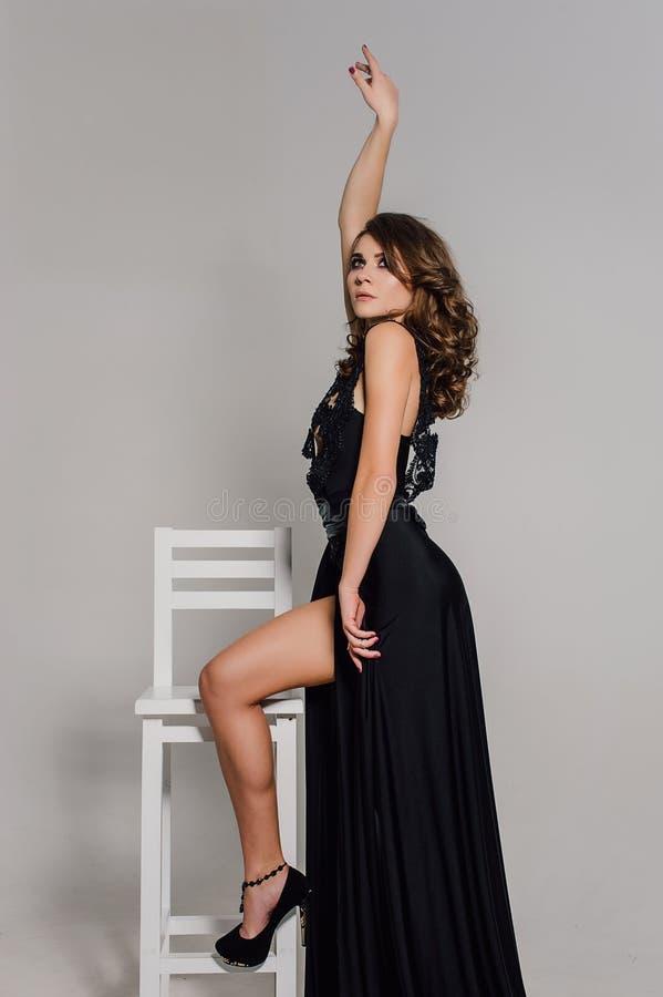 Sluit omhoog individualiteit Nadenkende Elegante Dame in Zwarte Prom-Avondjurk Studio retoucheerde foto royalty-vrije stock fotografie