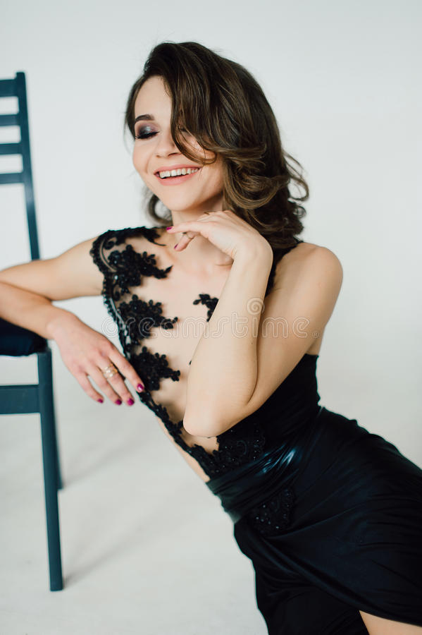 Sluit omhoog individualiteit Nadenkende Elegante Dame in Zwarte Prom-Avondjurk Studio retoucheerde foto stock foto's
