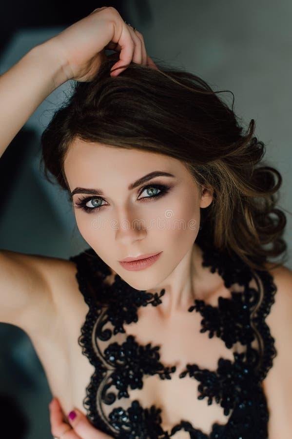 Sluit omhoog individualiteit Nadenkende Elegante Dame in Zwarte Prom-Avondjurk Studio retoucheerde foto royalty-vrije stock foto