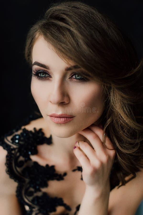 Sluit omhoog individualiteit Nadenkende Elegante Dame in Zwarte Prom-Avondjurk Studio retoucheerde foto royalty-vrije stock afbeeldingen