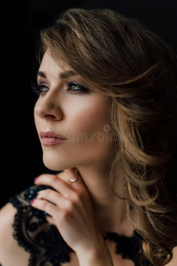 Sluit omhoog individualiteit Nadenkende Elegante Dame in Zwarte Prom-Avondjurk Studio retoucheerde foto royalty-vrije stock foto's