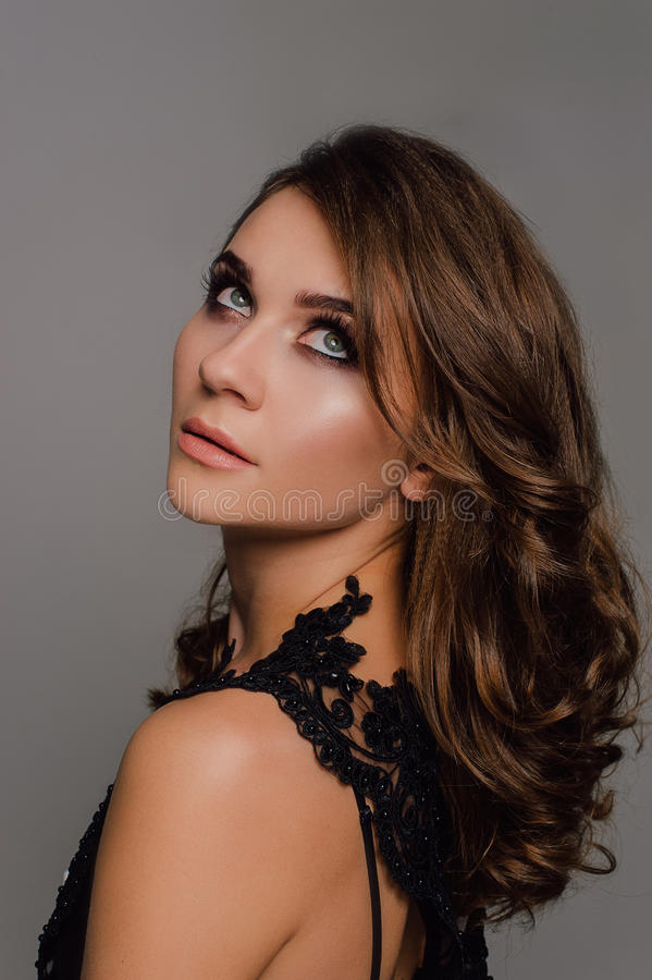 Sluit omhoog individualiteit Nadenkende Elegante Dame in Zwarte Prom-Avondjurk Studio retoucheerde foto stock foto