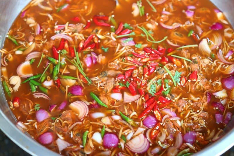 Sluit omhoog, ingelegde mosselen, citroengras, sjalot, gember, kaffir kalkbladeren, sjalot, kruidig Thais voedsel stock afbeelding