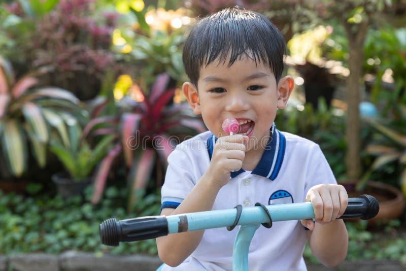 Sluit omhoog jonge Aziatische jongen die een lolly eten royalty-vrije stock foto's
